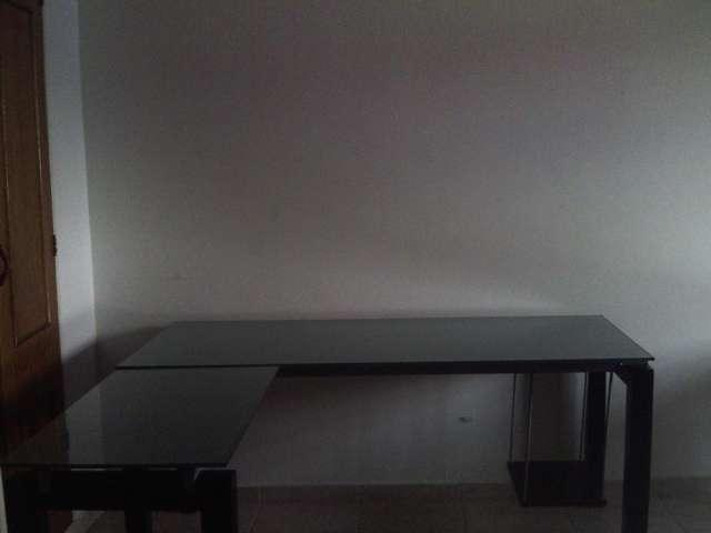 vendo 4 escritorios modernos para oficina y 2 sillas - Escritorios Modernos