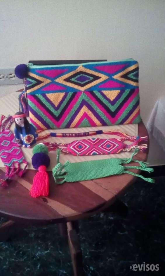 Accesorios tejidos  cartera sobre, llaveros, muñequeras variados diseños