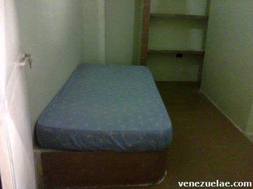 Alquilo habitaciones a caballeros o damas, teléfono: 0416-38.23.480.