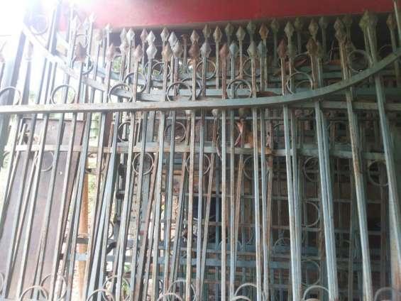 En venta bonito portón tipo reja y rejas protectoras para muros o ventanas
