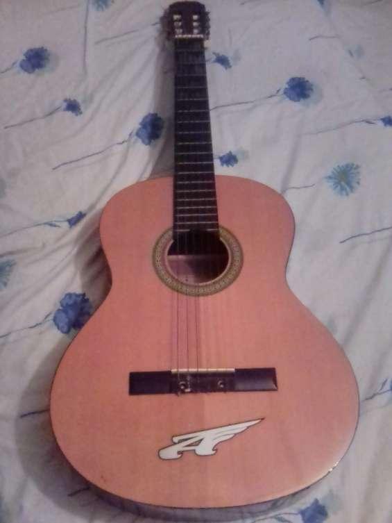Guitarra española usada suena para enamorar