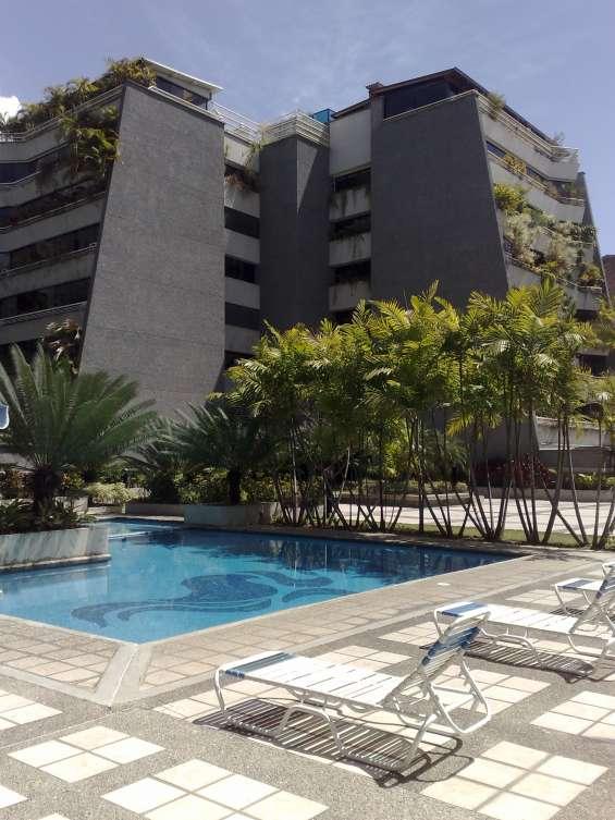 Vista desde la piscina y plaza privada