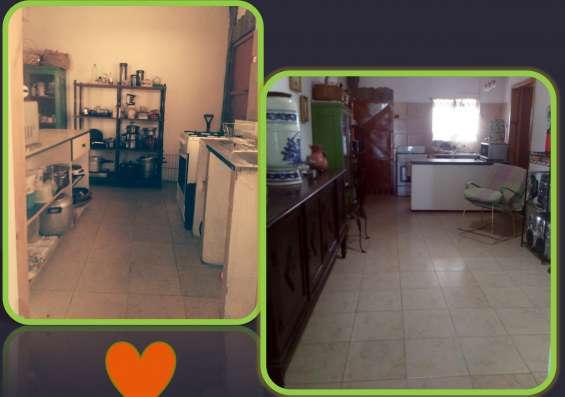 Cocina con piso de cerámica
