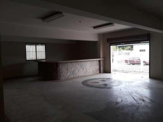 Vista de uno de los locales, excelente acabado, piso y tope de granito, don baños y zona de cocina de mampostería revestida de cerámica.