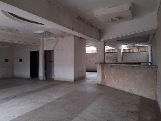 Vista del otro local comercial, también cuenta con des baños, tope de granito, piso de granito, buena iluminación y amplio espacio comercial.