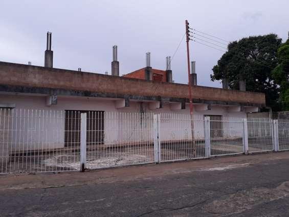Vista desde la calle de los locales comerciales, se puede observar las columbas para la construccion de apartamentos en la parte superior.